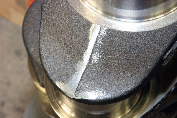 A grinding stone smooths the rough parting lines left behind on the crankshaft after the production process. It reduces the risk of cracks forming along the sharp edges, which can lead to failure in extreme applications. It's a simple process that takes just a few minutes to perform.